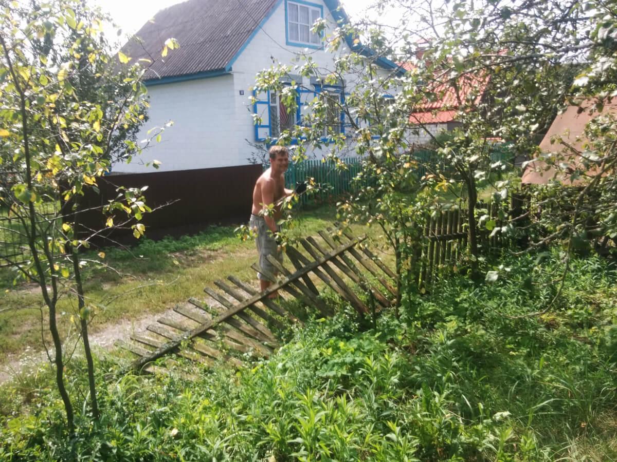 Валера выносит старый забор